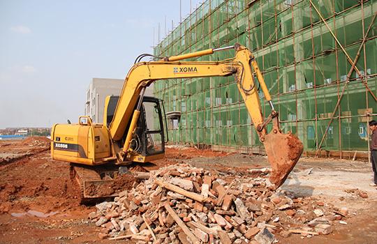 导读:近日,我们来到了湖北省咸宁市,顺道拜访了厦工客户谭义新。目前他拥有三台厦工挖掘机,在当地算是小有成就。    正在施工作业的XG809E挖掘机   厦工挖掘机:致富好帮手   要是厦工挖掘机用的不好,我就不会一直买这个牌子了。谭义新指着身后正在施工的厦工XG808挖掘机说:从2012年9月份我买了这台挖掘机到现在,几乎没有出现过什么故障,用起来特别放心。  厦工挖掘机用户谭义新   在没有自购设备之前,谭义新需要租赁别人的设备来完成工程项目,不仅设备没有保证,弄不好耽误工期,而且租金太高。